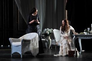 La Traviata de Verdi en el Gran Teatre Liceu de Barcelona Miren Urbieta Vega (Annina) Patrizia Ciofi (Violetta)